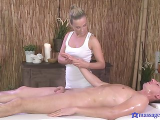 Back massage turns earn having it away on the bed with Cristal Caitlin