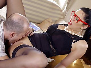 Kira Queen loses bright red glasses during an exceptional be captivated by session