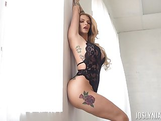 Torrid alluring light haired babe Joslyn James flashes her curvy body