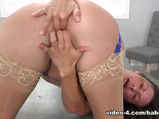 Alexis Fawx uses the skilled fingers to wonder her peach - Baberotica