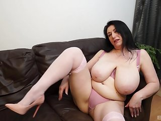 Solo play by BBW brunette that you will surely enjoy